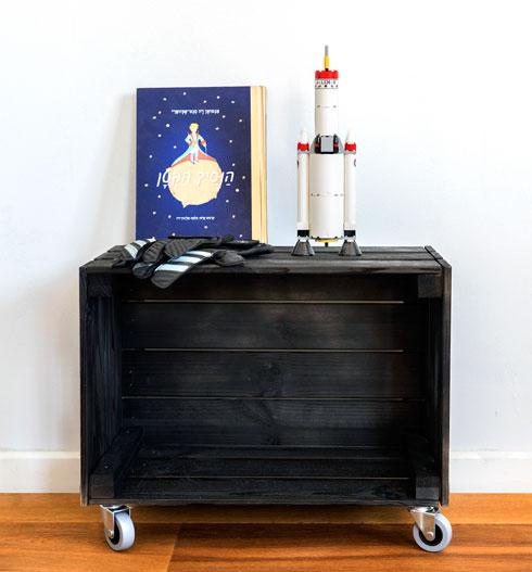 הארגז נצבע בשחור והפך לשידה לאחסון ספרים ומשחקים (צילום: רותם רוזנאי)