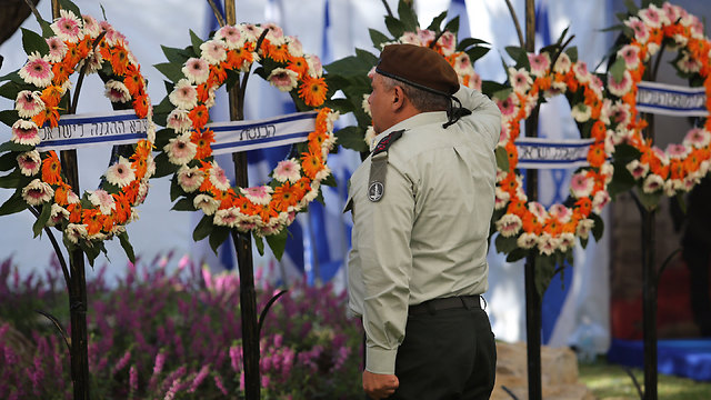 Former IDF chief Gadi Eisenkot salutes fallen IDF soldiers who died during the 2014 Gaza war (Photo: Gil Yohanan)