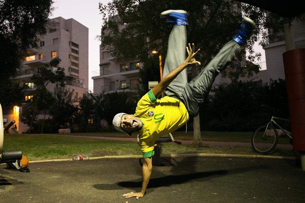 תמונה 148: ספי, בן 30 מראשון לציון, רוקד בפארק ברחובות (צילום: אלון פרס)