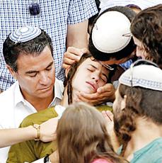 """האח פדיה עם ראש המוסד יוסי כהן, בן דודו של מיכי ז""""ל   צילום: רויטרס"""