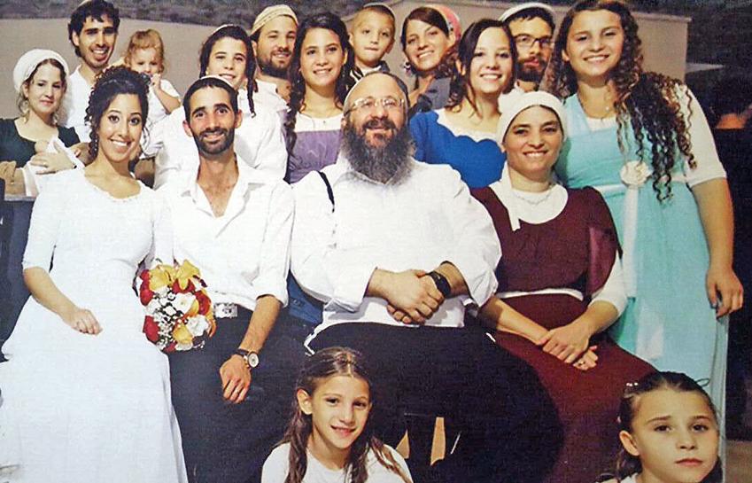 משפחת מרק בחתונת האח נתנאל. באמצע ההורים מיכי וחַוי. מאחורי האב, בבגד סגול, תהילה