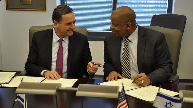 שר התחבורה ישראל כץ עם שר התחבורה האמריקאי אתווני פוקס ()