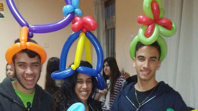 בני נוער בהתנדבות למען הקהילה (צילום: רשת קהילה ופנאי חולון - מלאכי) (צילום: רשת קהילה ופנאי חולון - מלאכי)