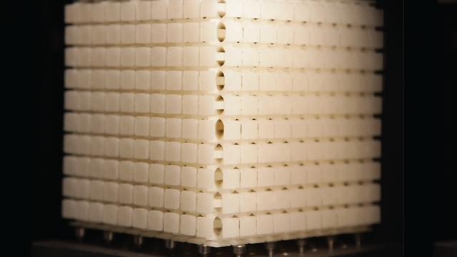 על מנת להדגים את היכולת ליצור כל תבנית על שפת הקוביה, פיתחו החוקרים מטה-קוביה של 10X10X10 לבנים, כך שכאשר היא נלחצת פרצוף שמח מופיע על שפתה (צילום: קורנטין קולאי)