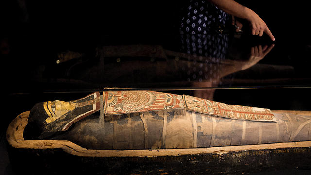 Curator Galit Bennett-Dahan talks about a 2,200-year-old Egyptian mummy on display in the Israel Museum in Jerusalem on Tuesday (Photo: Reuters)