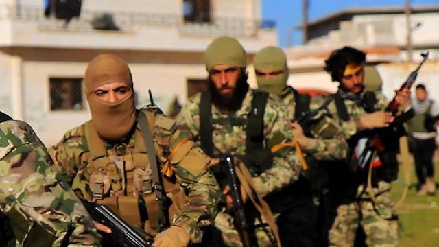 התמקדו בלחימה בסוריה, בניגוד לדאעש. לוחמי ג'בהת א-נוסרה (צילום: AP) (צילום: AP)