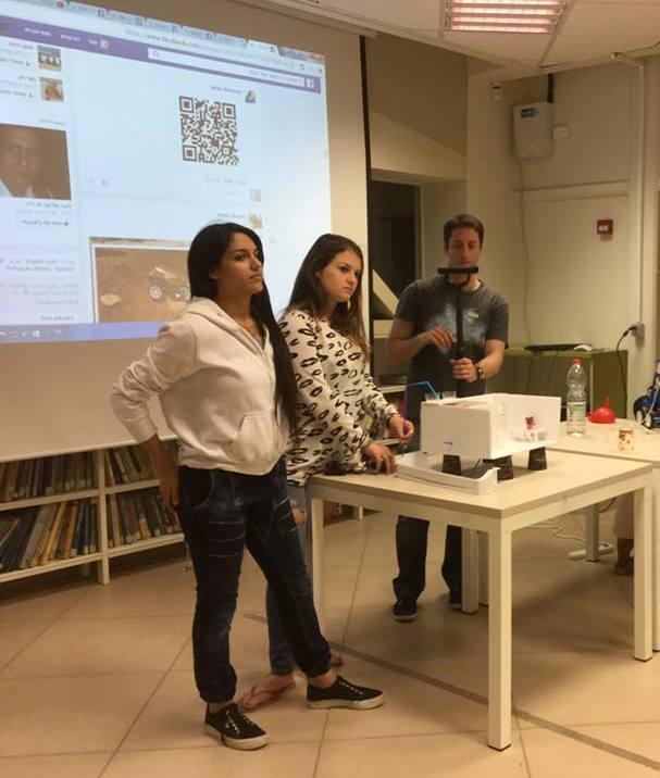 """תלמידים מביה""""ס הרב תחומי עמל ע""""ש יגאל אלון רמלה, מציגים את התוצרים שהכינו ב""""מייקאתון מאדים"""""""