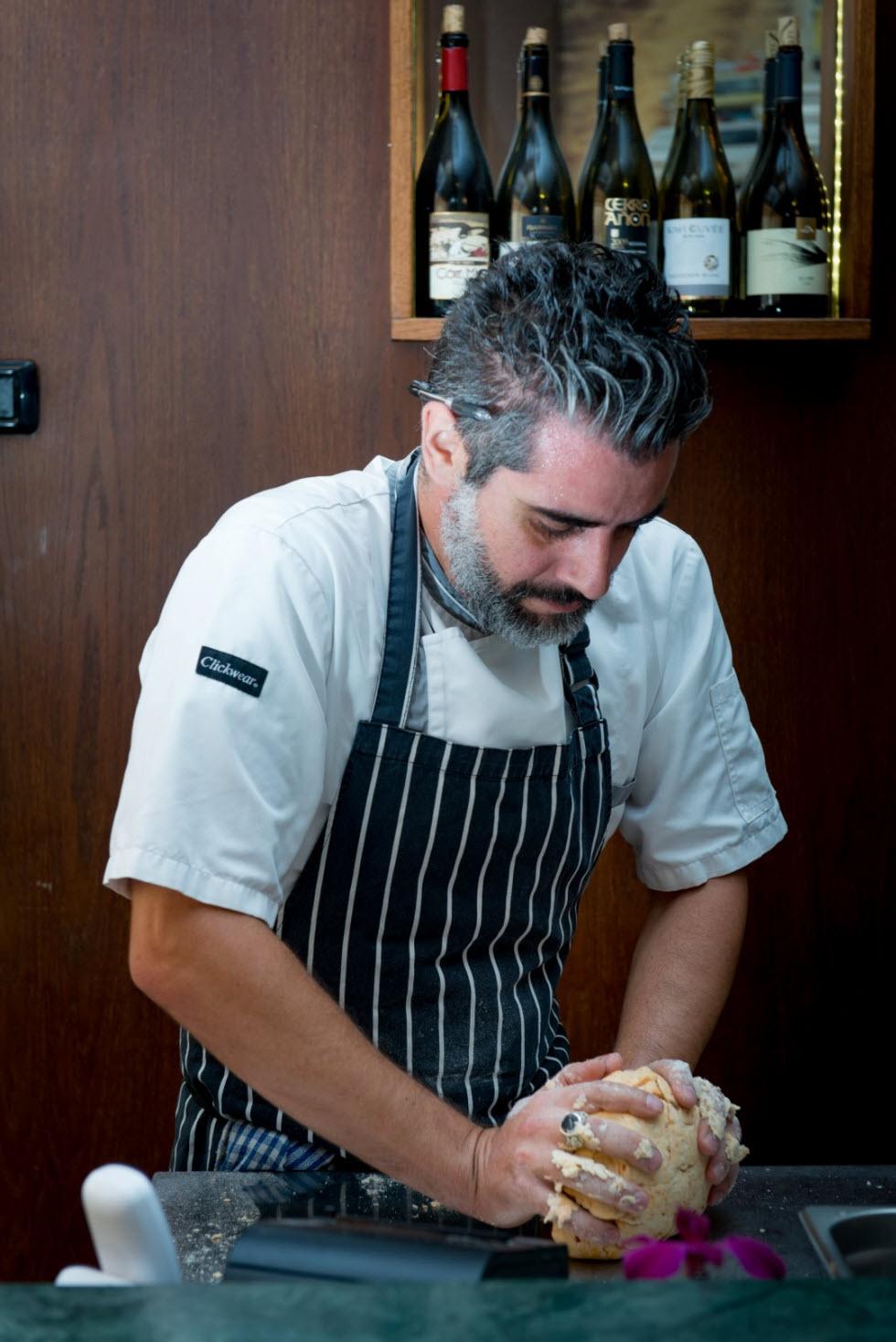 השף יובל פכלר מכין פיצ'י (צילום: ירון ברנר) (צילום: ירון ברנר)