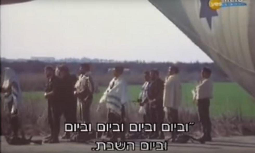 מנחם גולן לא לקח סיכון, ושאל טליתות ממחסן הלבשה (צילום מסך: מבצע יונתן, גולן גלובוס)