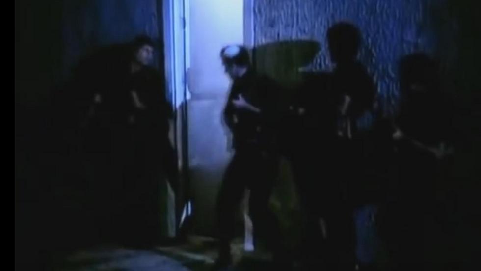 הצלחתי להתחמק מצילום פניי לאורך הסרט כולו, למעט בשניות שבהן רואים לוחם חסון עם כיפה, פורץ אל תוך הטרמינל (צילום מסך: מבצע יונתן, גולן גלובוס)