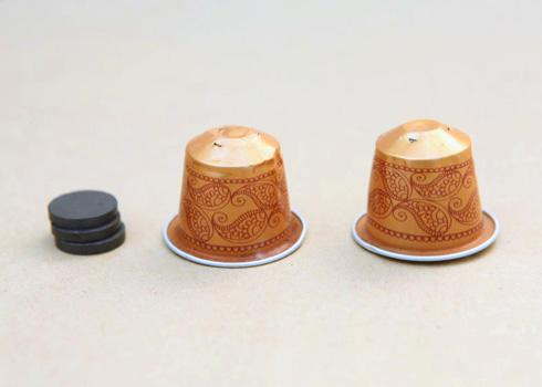 מרוקנים את הקפסולה משאריות הקפה (צילום: אמיר פרג', הסטודיו של אמיר)