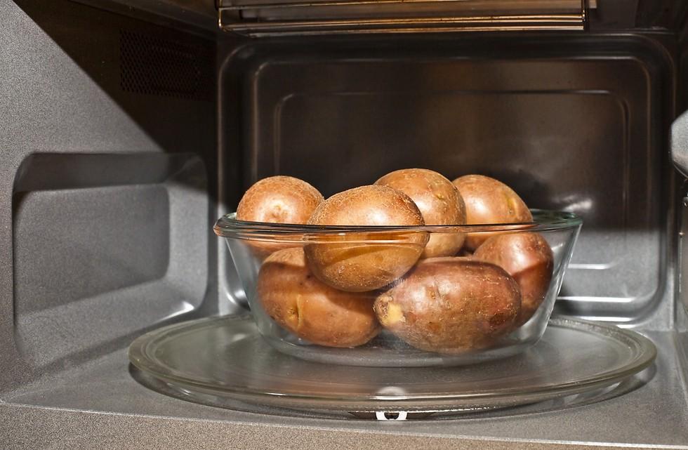 איך שומרים על ערך הירקות בבישול? שימוש במיקרוגל יכול לסייע (צילום: shutterstock)