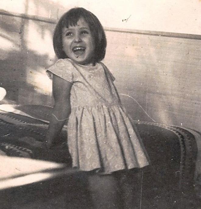 """גרטנר בילדותה. """"נולדתי למשפחה חרדית, אבל יחסית לחברה שאליה השתייכנו, הבית שלנו היה פתוח"""" (צילום: מתוך אלבום משפחתי)"""