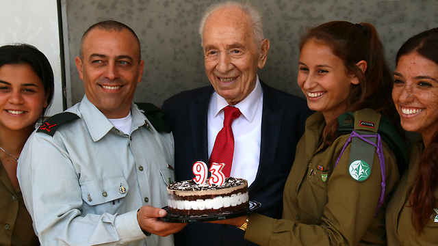 Peres celebrating his 93rd birthday with soldiers from Military Intelligence (photo: Yosef Avi Yair Angle)