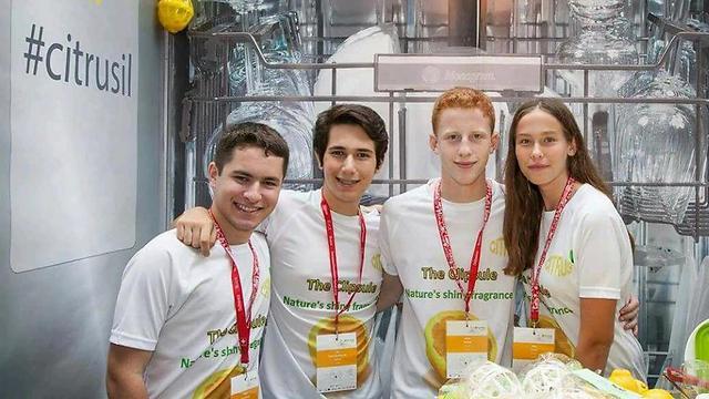 נוי זוהר, שון ברקן, אור סמצ'חובסקי ותמיר גרשברג בדוכן שלהם בתחרות (צילום:  ארגון JA)