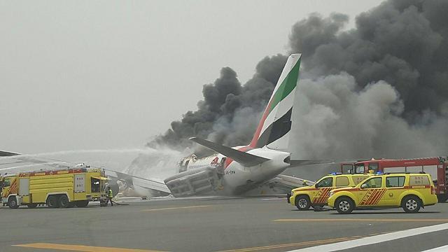 כל הנוסעים פונו לפני שהמטוס החל להתפרק. נמל התעופה בדובאי ()