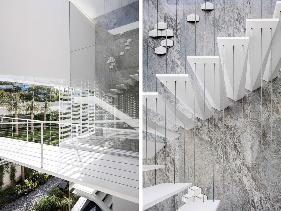 המדרגות החתוכות נראות כאילו הן יוצאות מסלע טבעי. קיר הזכוכית שמלווה אותן מחדיר אור לכל גובה הבית (צילום: עמית גרון)