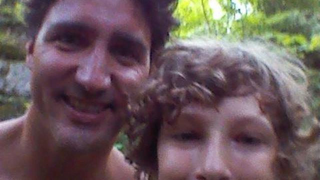 טרודו ללא החולצה בתמונת סלפי עם אלכסנדר גודבי בן ה-13
