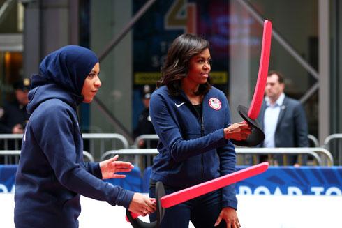 """עם מישל אובמה. כאישה אפרו-אמריקאית מוסלמית הפכה סמל להתנגדות לגזענות ולקיפוח אוכלוסיות מוחלשות בארה""""ב (צילום: Gettyimages)"""