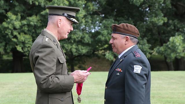 """Генерал Данфорд вручает орден """"Легион почета"""" Гади Айзенкоту. Фото: пресс-служба ЦАХАЛ"""