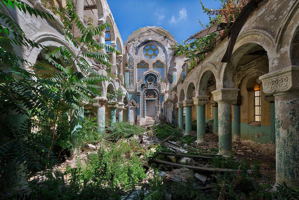 בית הכנסת הישן נבנה ב-1910 ונרקב אחרי שנים בהן לא היה בשימוש. לאחר שננטש הוא גם נבזז, ומצב המבנה החל להתדרדר (צילום: Niki Feijen)