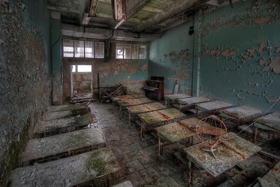 ב-2010 ביקרתי בעיר פריפיאט, הסמוכה לכור הגרעיני בצ'רנוביל. הכיתה הזו נמצאת באחד מבתי הספר שבעיר. מאז האסון ב-1986, המקום הפך לעיר רפאים. שיטוט באזור מרגיש כמו על סט צילומים של סרט, והשתיקה מחרישת אוזניים (צילום: Niki Feijen)