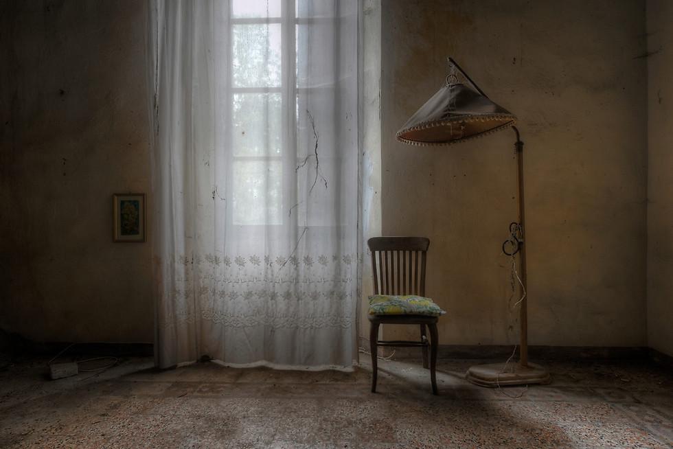 וילה נטושה אחת מבין רבות באיטליה, ובה חדרים שעוצבו בכבדות, מה שגם מאוד קסם לי. בתמונה ניתן לראות עיצוב פשוט שמספר אלפי סיפורים (צילום: Niki Feijen)