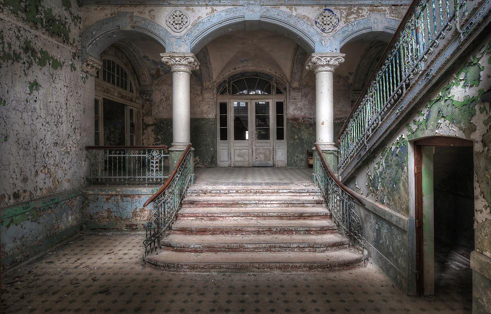 בית הבראה זה שנמצא באמצע יער הכיל פעם 60 מבנים. בזמן מלחמת העולם הראשונה שימש כבית חולים, בו בין היתר טופל החייל אדולף היטלר לאחר שנפצע ברגלו. כיום משמש המקום כחללי אמנות (צילום: Niki Feijen)
