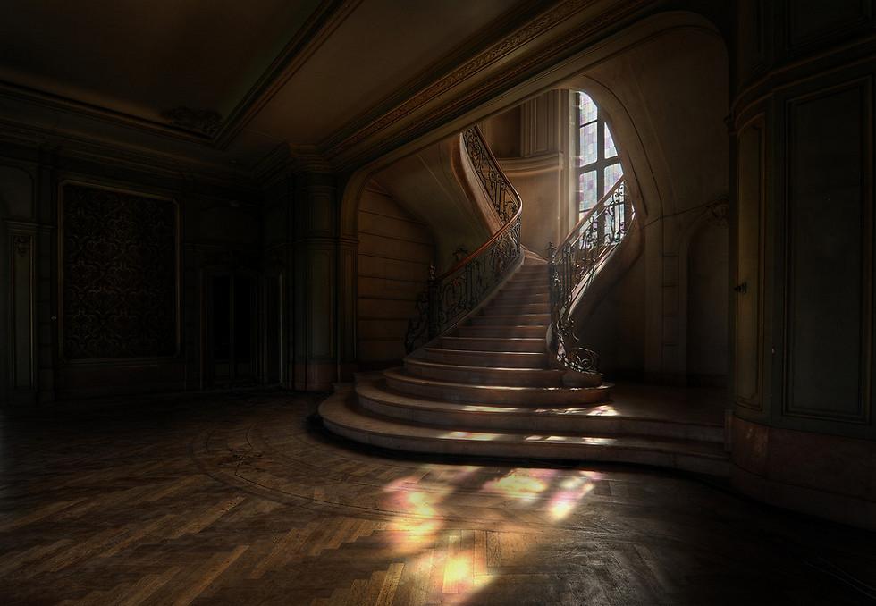 זהו אחד מגרמי המדרגות היפים שנתקלתי בהם. צורת המדרגות, המעקה, וחלונות הויטראז'. הכל עוצב בשלמות. יום הצילום היה מעונן וכמעט סיימתי לצלם כשלפתע קרן שמש נכנסה מבעד לחלון (צילום: Niki Feijen)