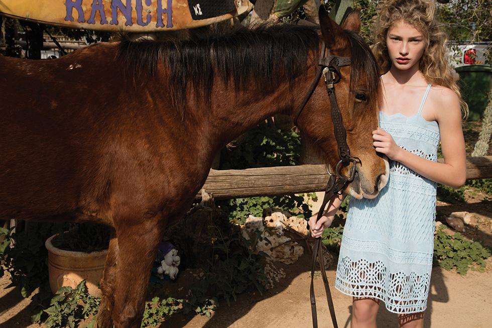 תלמידת כיתה י', שפרצה בסערה לענף האופנה הישראלי. דורית רבליס בקמפיין של אלון ליבנה x לילמיסט (צילום: יניב אדרי)