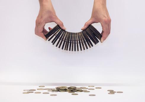 אך במתיחתו המטבעות מתפזרים דרך הפרוסות (צילום: נמרוד גנישר)