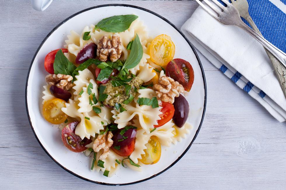 פסטה עם עגבניות שרי, זיתים ופסטו (צילום: בועז לביא, סגנון: עמית דונסקוי)