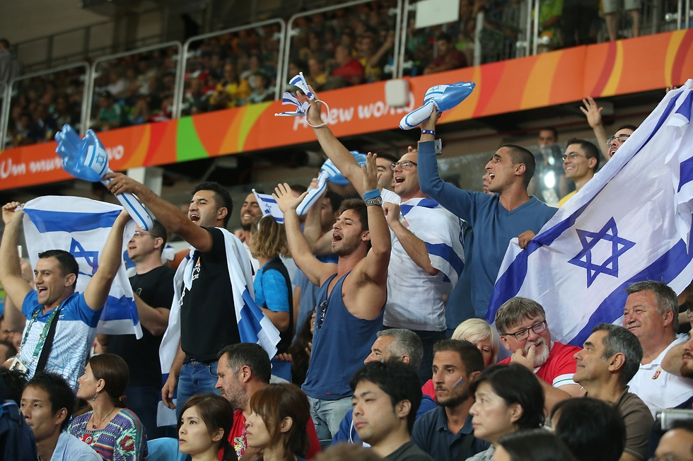 Israeli fans cheer Sagi Muki (Photo: Oren Aharoni)