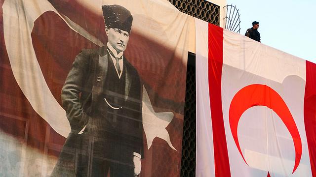 דמותו של אתאטורק בעצרת שלשום (צילום: AFP) (צילום: AFP)