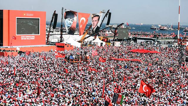 כרזות ארדואן ואתאטורק, זו לצד זו, מול המיליונים באיסטנבול ביום ראשון (צילום: AFP) (צילום: AFP)