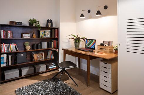חדר העבודה הוא גם חדר האירוח של הנכדים (צילום: שי אפשטיין)