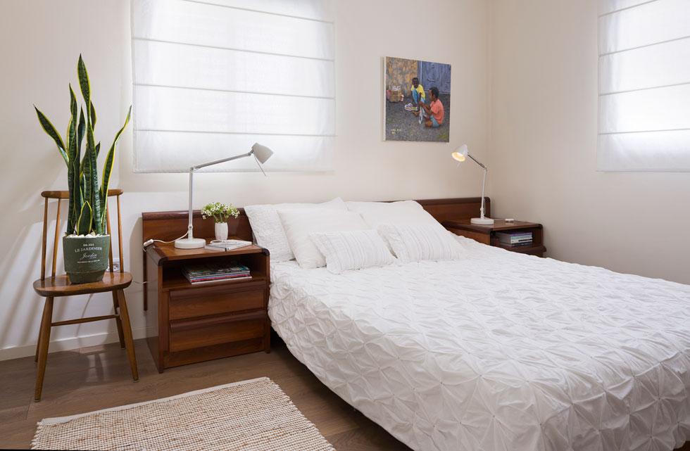 בחדר השינה מיטה ושידות צד שהובאו מהבית הקודם. ''הודות לתכנון המוקדם כל הרכוש שעבר מצא את מקומו המיועד בקלות'' (צילום: שי אפשטיין)