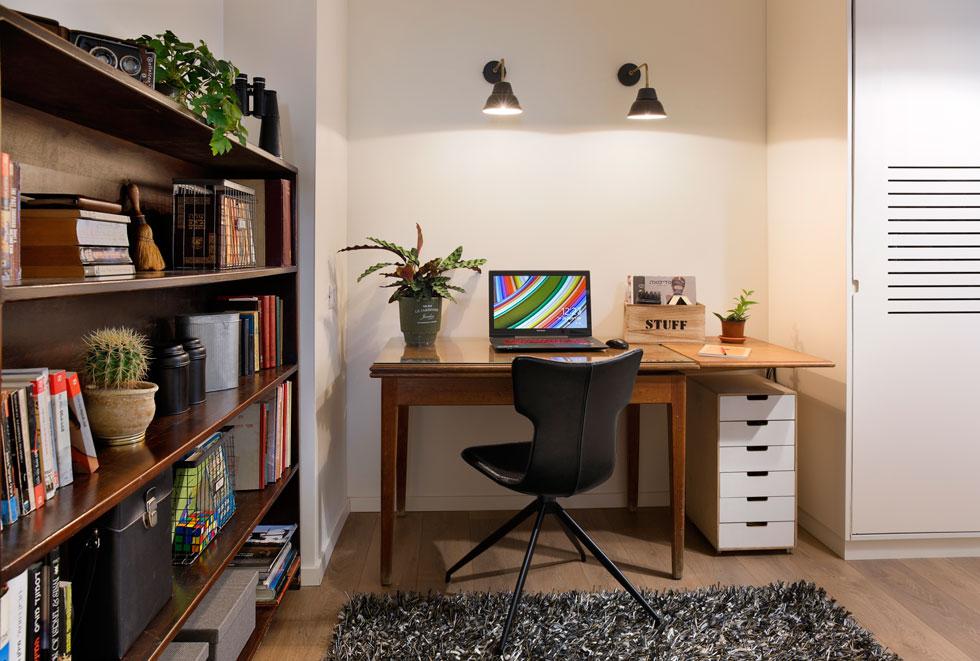 חדר העבודה שלו, עם שולחן בן 70, שקיבל מאביו (צילום: שי אפשטיין)