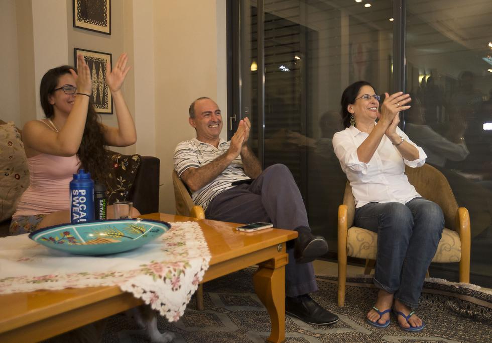 המשפחה הנרגשת צופה בטקס הענקת המדליות: נורית, שמוליק ושחר (צילום: עוז מועלם) (צילום: עוז מועלם)