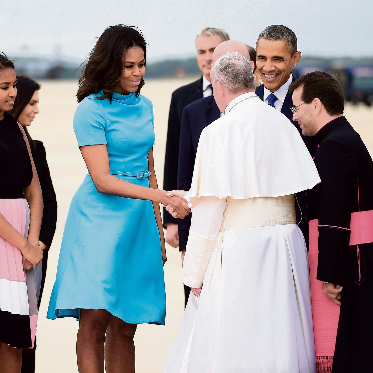 עם האפיפיור פרנציסקוס והבנות סשה (מימין) ומאליה. ויתרה על החליפות המחויטות והשמרניות, במראה הדודה