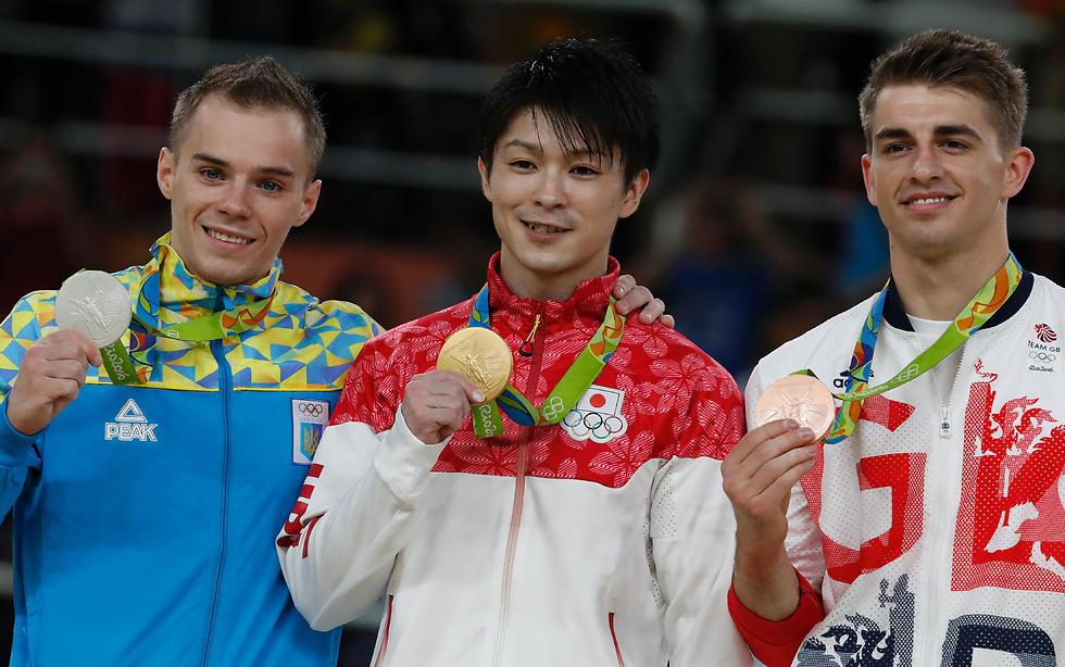 חתיכת מאבק היה לו. אוצ'ימורה לצד ורניאייב (משמאל) ו-וויטלוק (ומימין) (צילום: AFP)