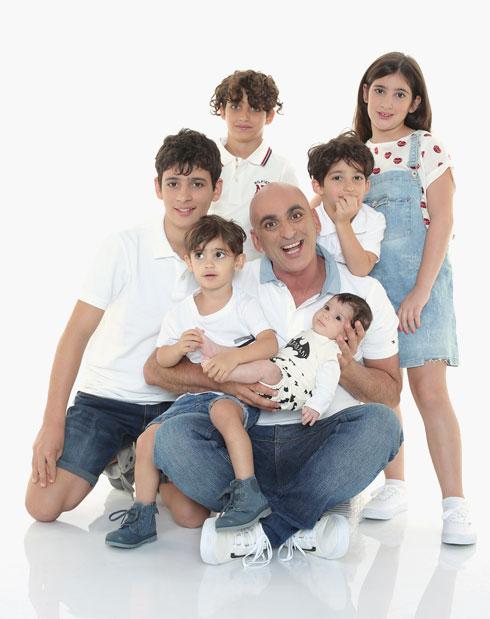 יובל עם הילדים: פלג, גיא, אופק, בר, מטר וגפן הקטן (צילום: זוהר שטרית)