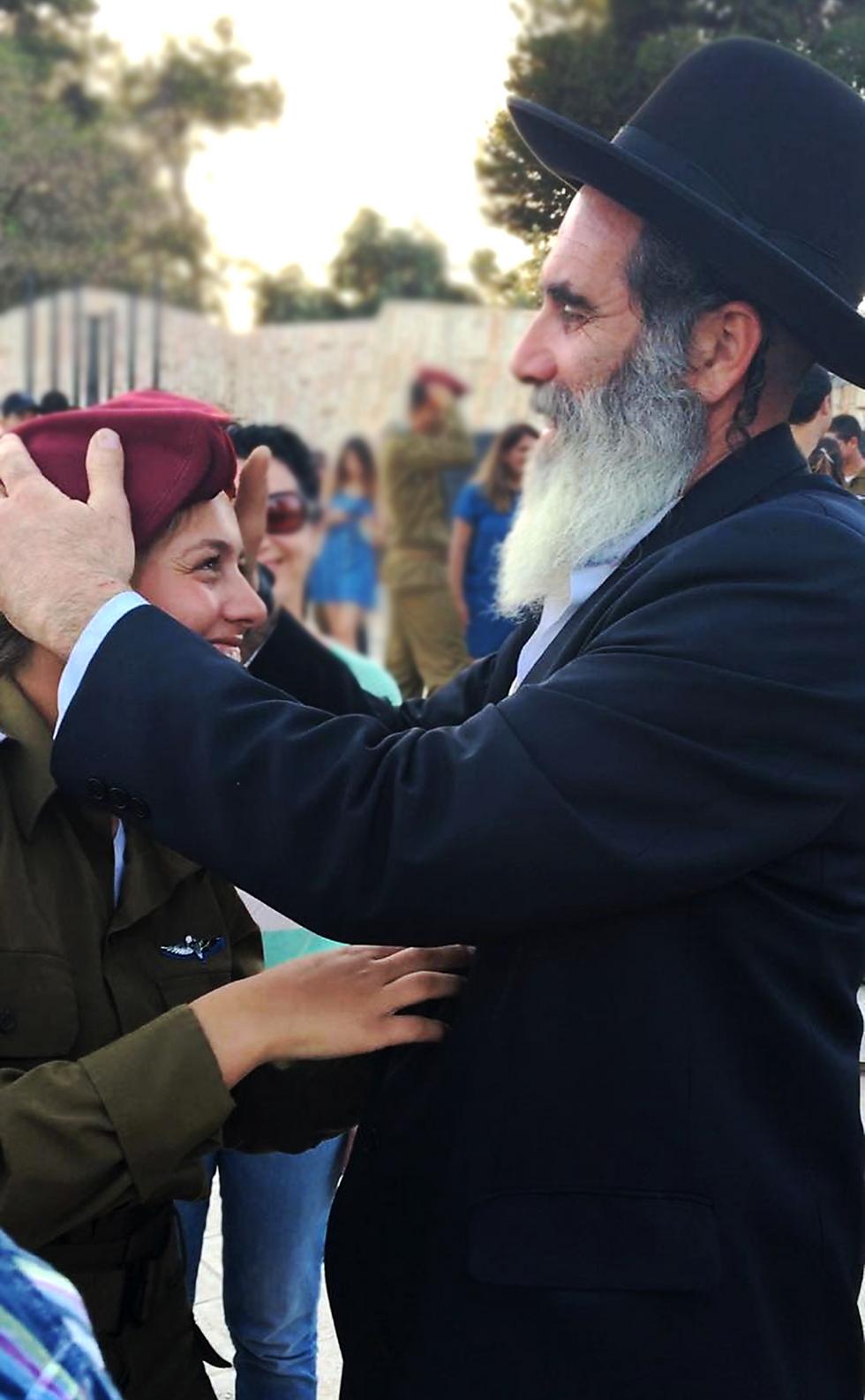 בתמונה - זה אבא שלי. והוא מעניק לאחותי-בתו את הכומתה שלו משירותו בצבא ביחידה מובחרת, לאחר מסע הכומתה שלה כמדריכת צניחה (צילום:  ירדן הררי) (צילום:  ירדן הררי)