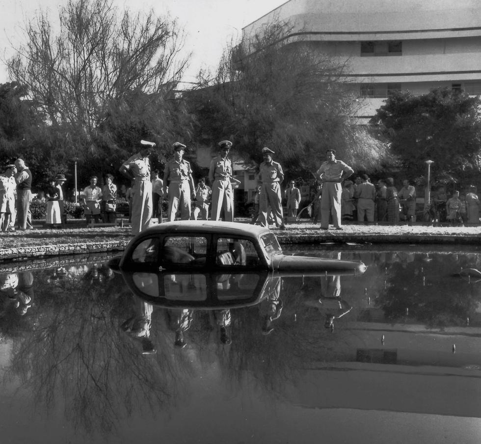 """וגם זה קרה כאן: רכב נסע אל תוך המזרקה, שנות ה-70 (צילום: הנס פין, לע""""מ) (צילום: הנס פין, לע"""