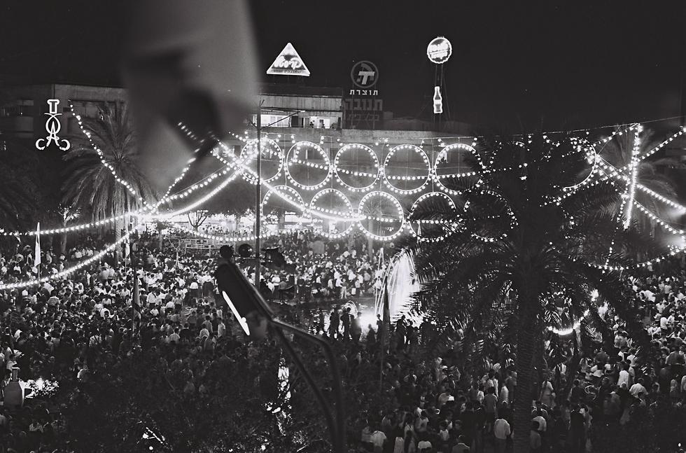 """חוגגים עצמאות בכיכר צינה, שנות ה-60 (צילום: פריץ כהן, לע""""מ) (צילום: פריץ כהן, לע"""