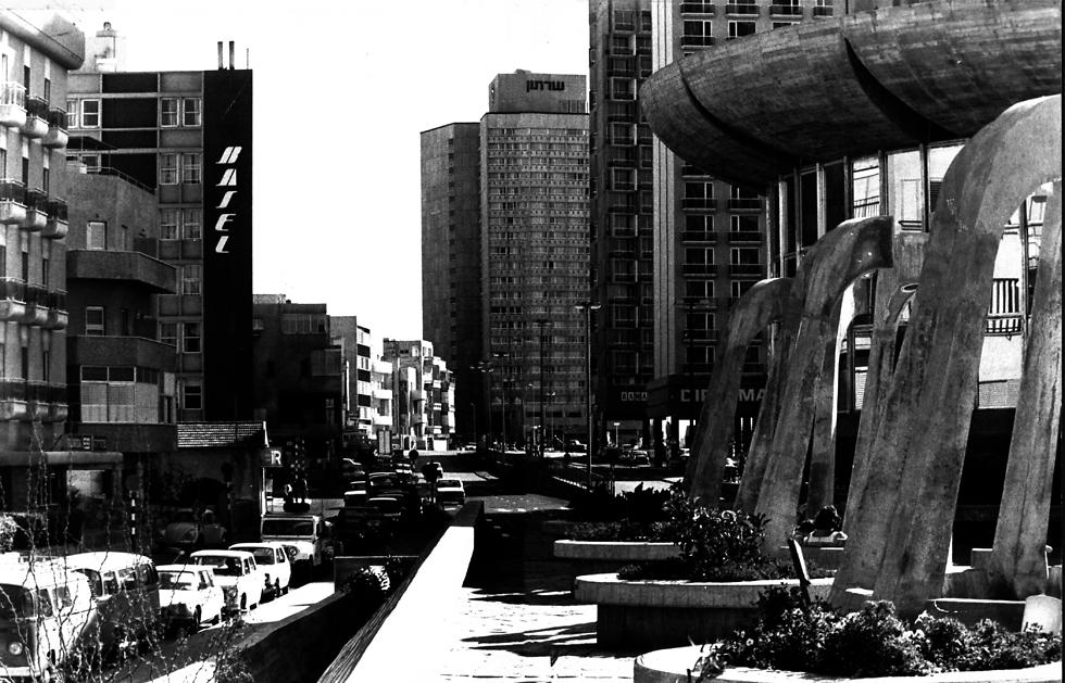 מבט מרחוב הירקון על הקולוסיאום, 1981 (צילום: שלום בר טל) (צילום: שלום בר טל)