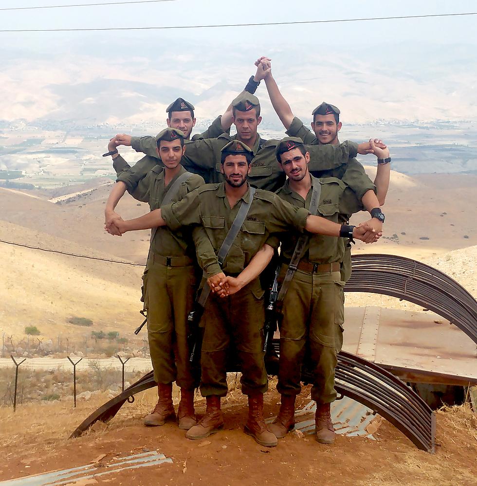 מגן דוד אנושי. כי איפה יש יותר אהבת ישראל מאשר בצבא שמאחד את כולנו? (צילום: יהודה שמואל) (צילום: יהודה שמואל)