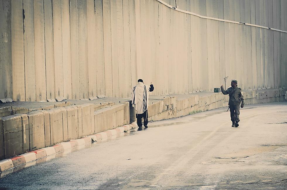 במפגש האקראי שצולם בקבר רחל - האמא של כולנו, מורמת היד לשלום, ומבטאת את אהבת ישראל הטבועה בכולנו (צילום: יעל לובה) (צילום: יעל לובה)