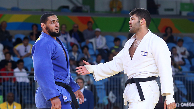 El Shehaby (left, in blue gi) refusing to shake Sasson's (right, in white gi) hand. (Photo: Oren Aharoni)