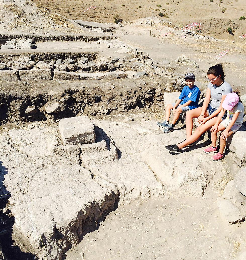 """שברי חרסים שמתוארכים בוודאות למאה הראשונה לספירה. בתוך בית הכנסת העתיק (צילום: ד""""ר מוטי אביעם) (צילום: ד"""